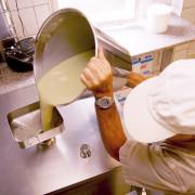 Eis Paolo bei der Eisherstellung in seinem Betrieb